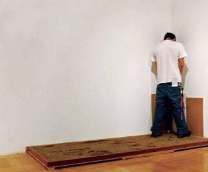 """Mato Sem Cachorro Não Tem Dono (2005), registro de ação com instalação de uma espécie de """"pipicat"""" em sala expositiva (foto: Cortesia do artista)"""