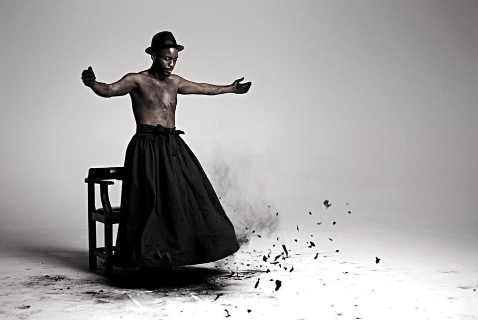 Still do vídeo Inzilo (2013), de Mohau Modisakeng, artista que está na representação sulafricana da mostra (Foto: Cortesia Biennale di Venezia)