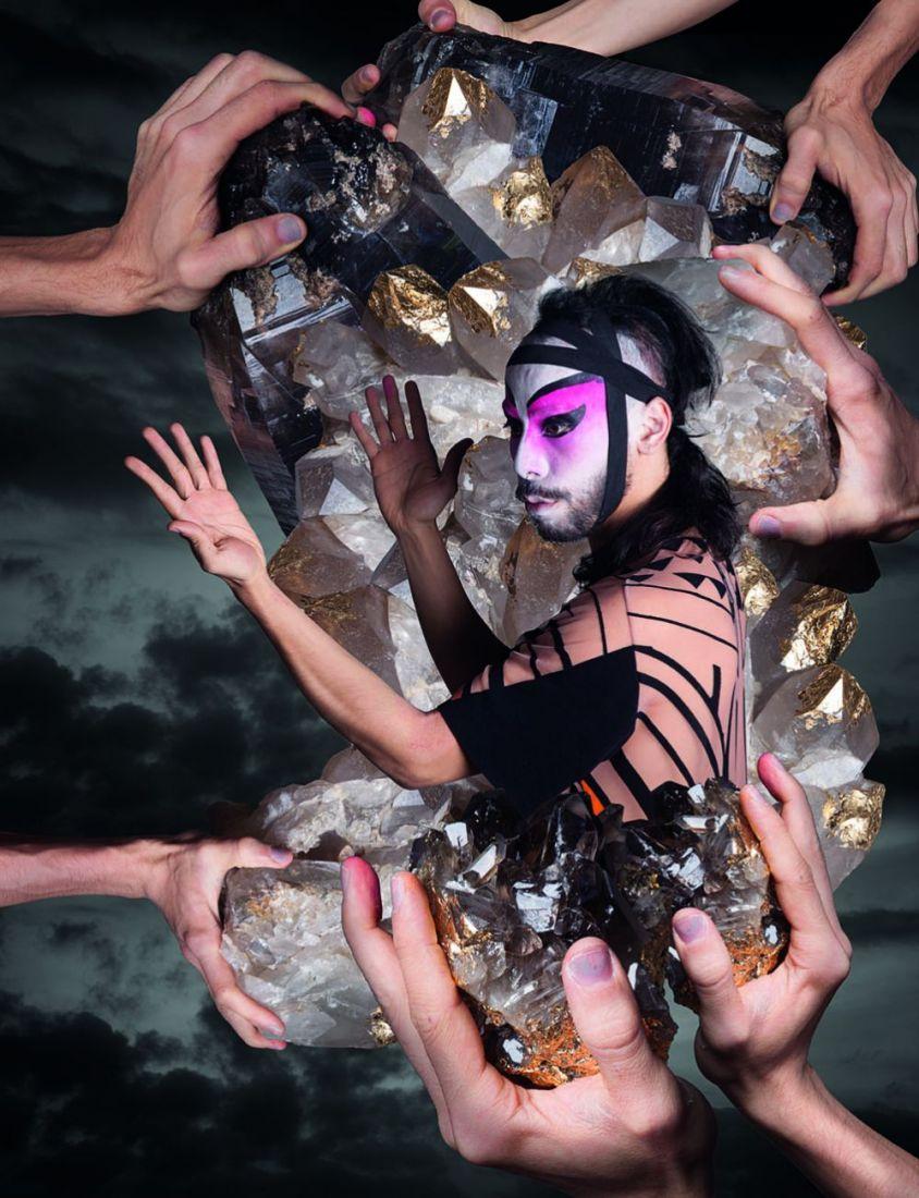 Legenda: Daniel Lie em performance ritualística com visual andrógino (Imagem: Jéssica Rosen)