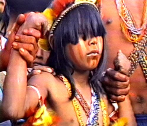 A festa da moça (1987). Jovem índia Nambikwara participa do ritual de iniciação à vida adulta. (Foto: Reprodução / Vídeo nas Aldeias)