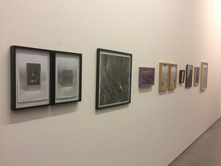 Legenda: Múltiplo de Cildo Meireles (na ponta esquerda) entre outros trabalhos com tiragem exibidos na sala da galerista Luisa Strina