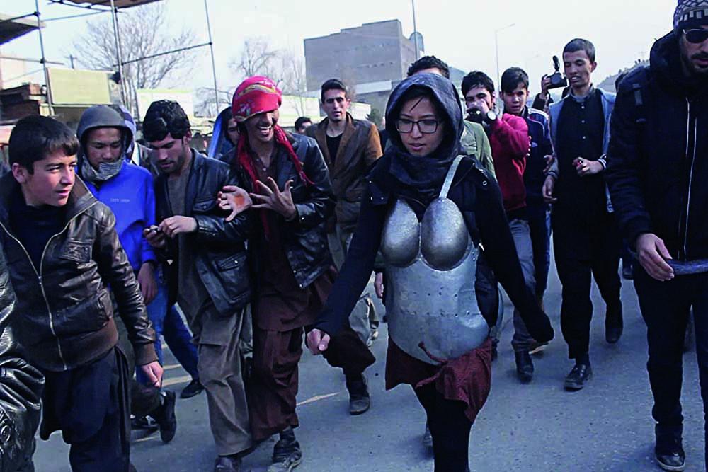 A artista afegã Kubra Khademi nas ruas de Cabul, em performance que lhe rendeu até ameaças de morte (Foto: Cortesia da artista)