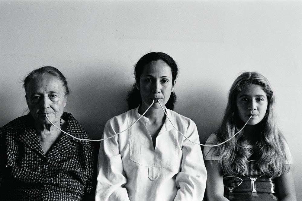 Da série Fotopoemação, Por Um Fio (1976), de Anna Maria Maiolino, em que a artista (centro) faz fotoperformance com sua mãe e filha (Foto: Regina Vater/MAR)