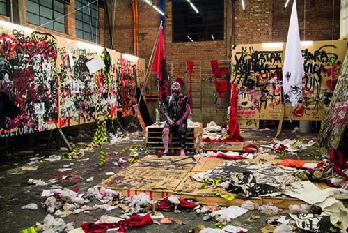 O Vínculo (2015), de Maurício Ianês. Durante dois meses o artista colocou-se à disposição das vontades do público da exposição Terra Comunal, no Sesc-Pompeia, SP (Foto: Cortesia do artista)