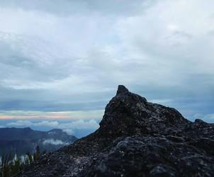 Imagem do cume do Pico da Neblina integra a instalação Mutações Geográficas: Fronteira Vertical ( 1969-2015), de Cildo Meireles (Foto: Edouard Fraipont)