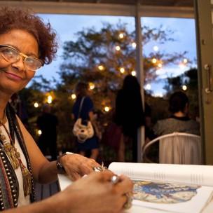 Sonia Gomes assina print da edição de artista seLecT