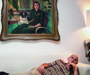 Celso Fioravante no sofá de sua sala, sob o retrato a óleo Mulher com Cachorro, de Samson Flexor (Foto: Paulo D'Alessandro)