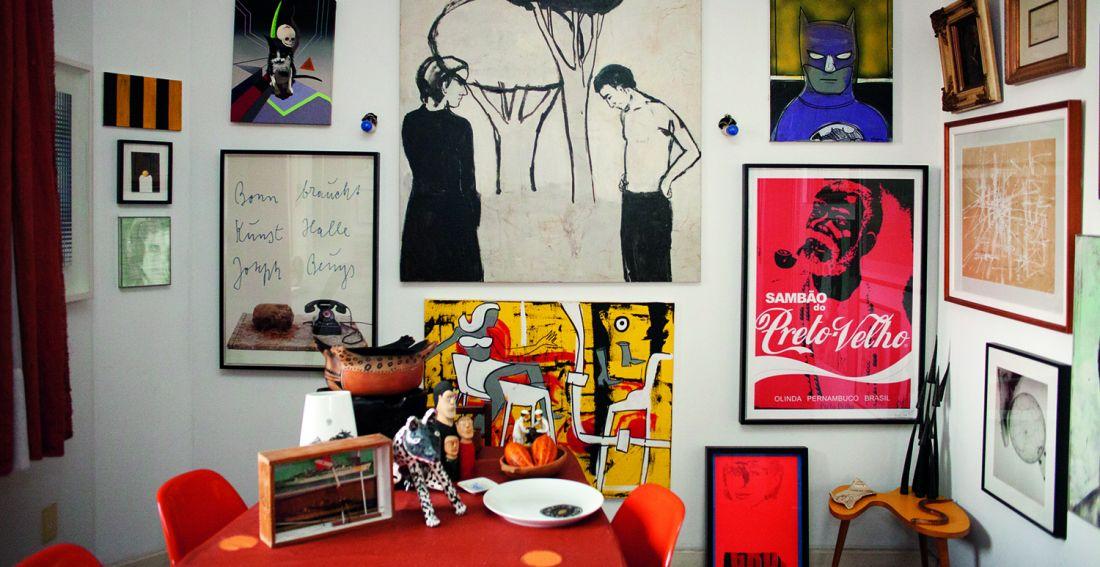 Paredes da sala de estar forradas de obras de períodos e estilos variados (Foto: Paulo D'Alessandro)