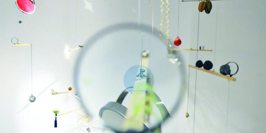 Detalhe da instalação Carmen Miranda - Uma Ópera da Imagem (2010), de Laércio Redondo. A obra é composta por elementos que remetem às influências afro-brasileiras assimiladas pela cantora, na construção de sua personagem, e por espelhos, que funcionam como metáforas de um olhar multifacetado sobre a história (Foto: Sergio Araújo)