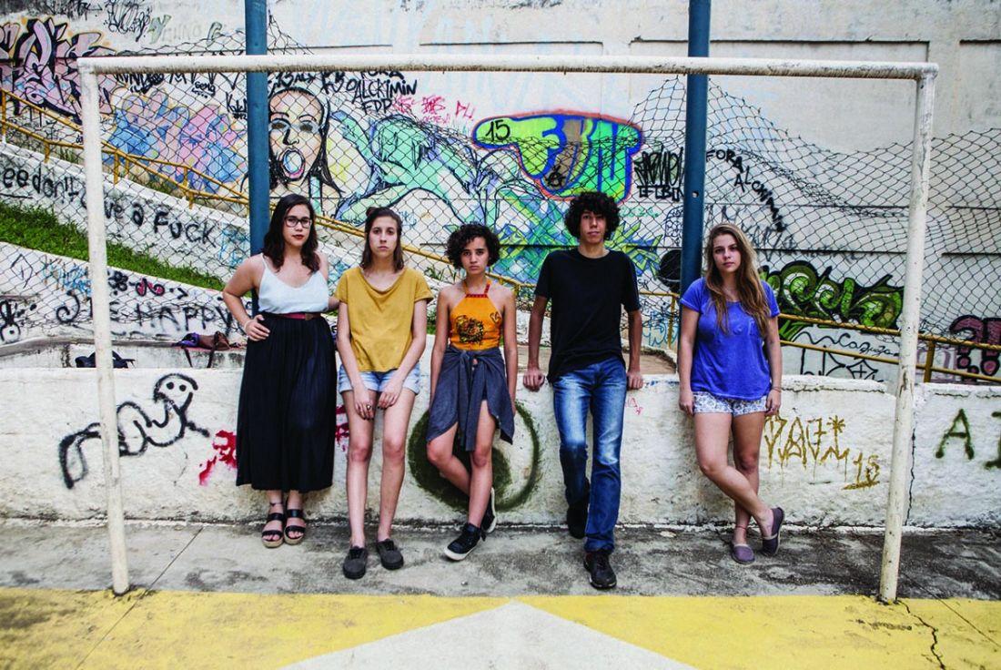 Da direita para esquerda, Mariana Marques, Julia Meneghelli, Ana Carolina Yamamoto, Cesar Costa e Luiza Souza formaram um coletivo para falar sobre a diferença de gêneros dentro do colégio (Foto: Helena Wolfenson)
