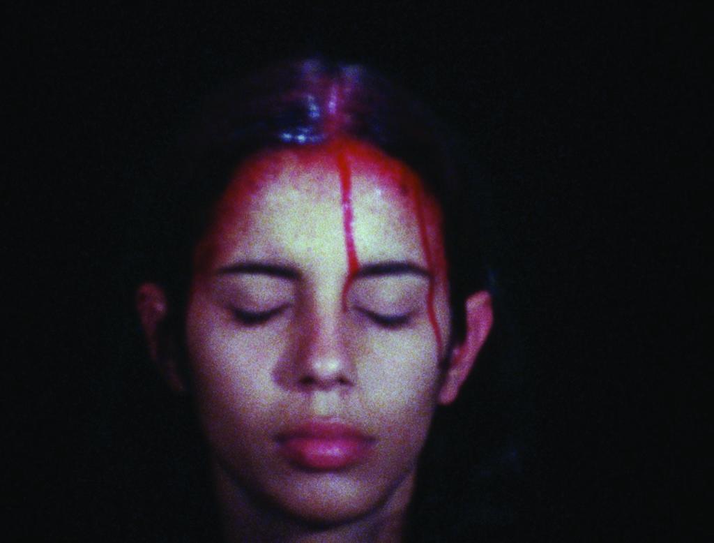 Still do filme Super-8 Sweating Blood (1973), de Ana Mendieta (Foto: Cortesia Galerie Lelong, Nova York, The Estate of Ana Mendieta Collection)