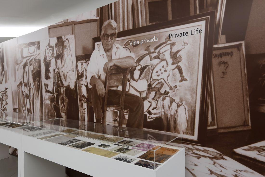 Um dos painéis informativos da mostra, que traz aspectos de sua vida pessoal