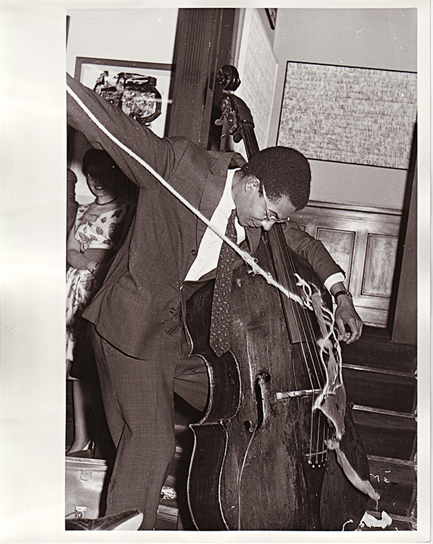 Duo for Voice and String Instrument and Variations for Double Bass (1962), performance de Benjamin Patterson na Galeria Parnass, Wuppertal (Foto: Zadik Zentralarchiv des Internationales Kunsthandels, Köln)