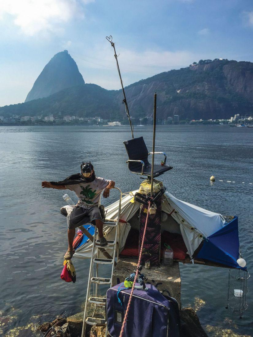 Foto da série Sugar Loafer destaca Hamilton, maranhemse de passagem pelo Rio, em uma de suas casas construídas na Baía de Guanabara