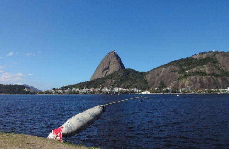 A habilidade construtiva dos moradores do Aterro do Flamengo evoca a lembrança de projetos de Hélio Olticica (Fotos: Cortesia do artista/ Galeria Nara Roesler)