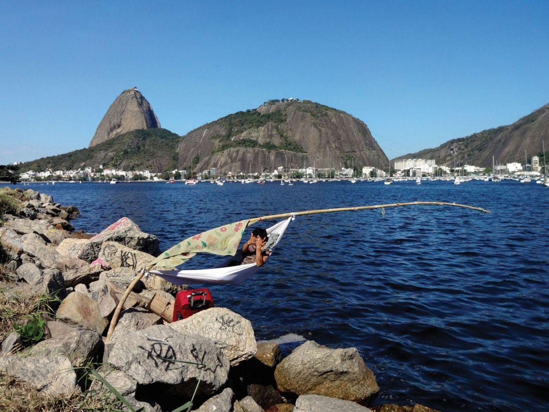 A habilidade construtiva dos moradores do Aterro do Flamengo evoca a lembrança de projetos de Hélio Olticica