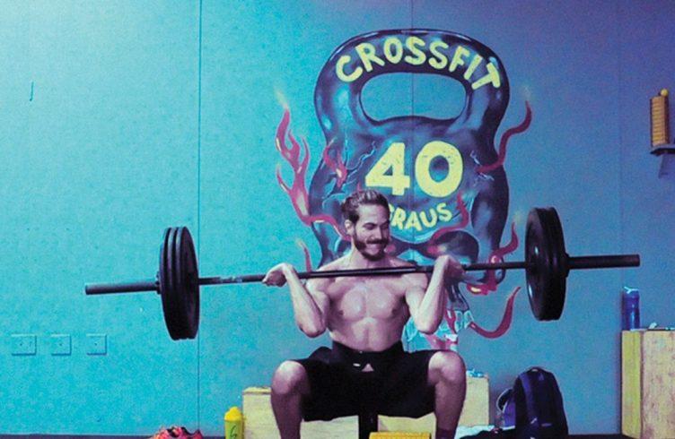 Igor Vidor durante treino de condicionamento físico para o projeto  LPO (Levantamento de Peso Olímpico, 2016), a ser realizado durante as Olimpíadas (Fotos: Cortesia do artista/ Galeria Luciana Caravello)