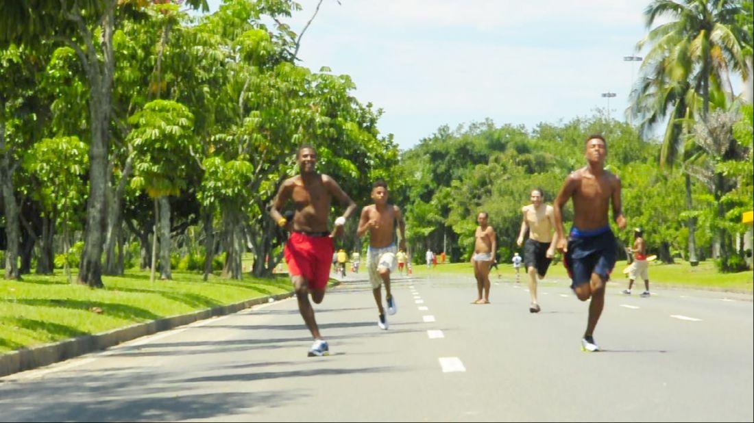 Frame do vídeo Corra Como Se o Sol Pudesse Alcançar Você (2015), realizado durante ação no Aterro do Flamengo