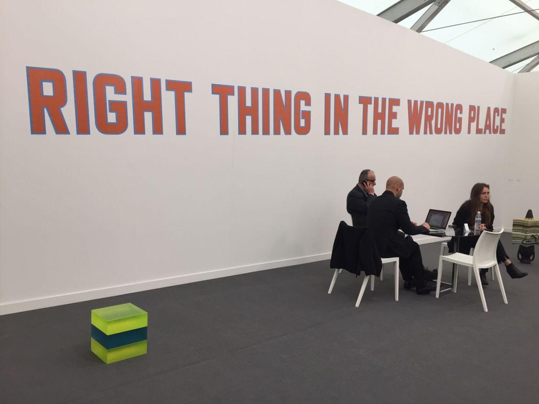 The Right Thing in the Wrong Place de Lawrence Weiner, 2016