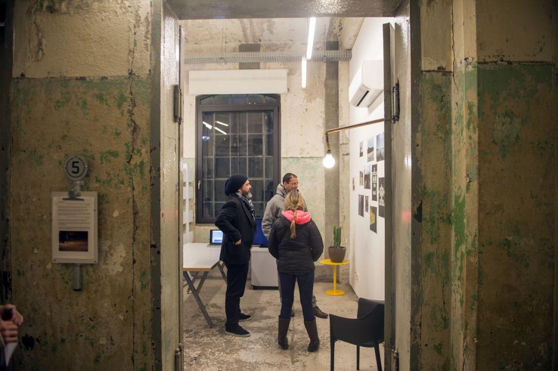 O artista suíço Luca Forucci em seu ateliê durante o open studio da 12º edição da residência Red Bull Station (Foto: Reprodução/Red Bull Content Pool)