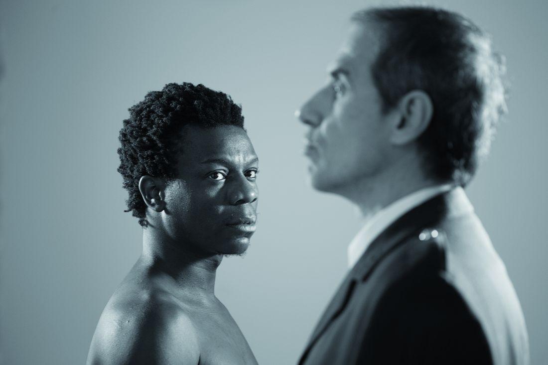 Cena da peça Barulho D'agua. Na Foto, os atores Alexandre Rodrigues (à esq.) e (Foto: Henrique Oda)