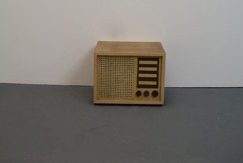 A instalação Paisagem 97,5 FM (2013) usa como suporte o rádio, ícone da comunicação de massa