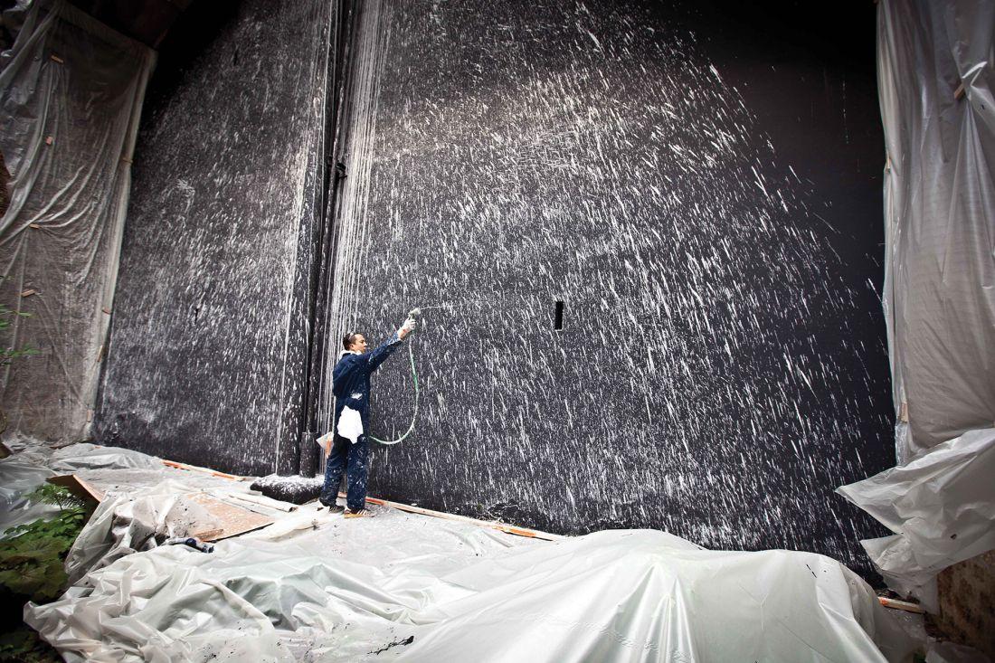 O norte-americano Craig Costello durante preparação de trabalho para o Lasco Projects #4 (Foto: Aurélien Mole/Palais de Tokyo)