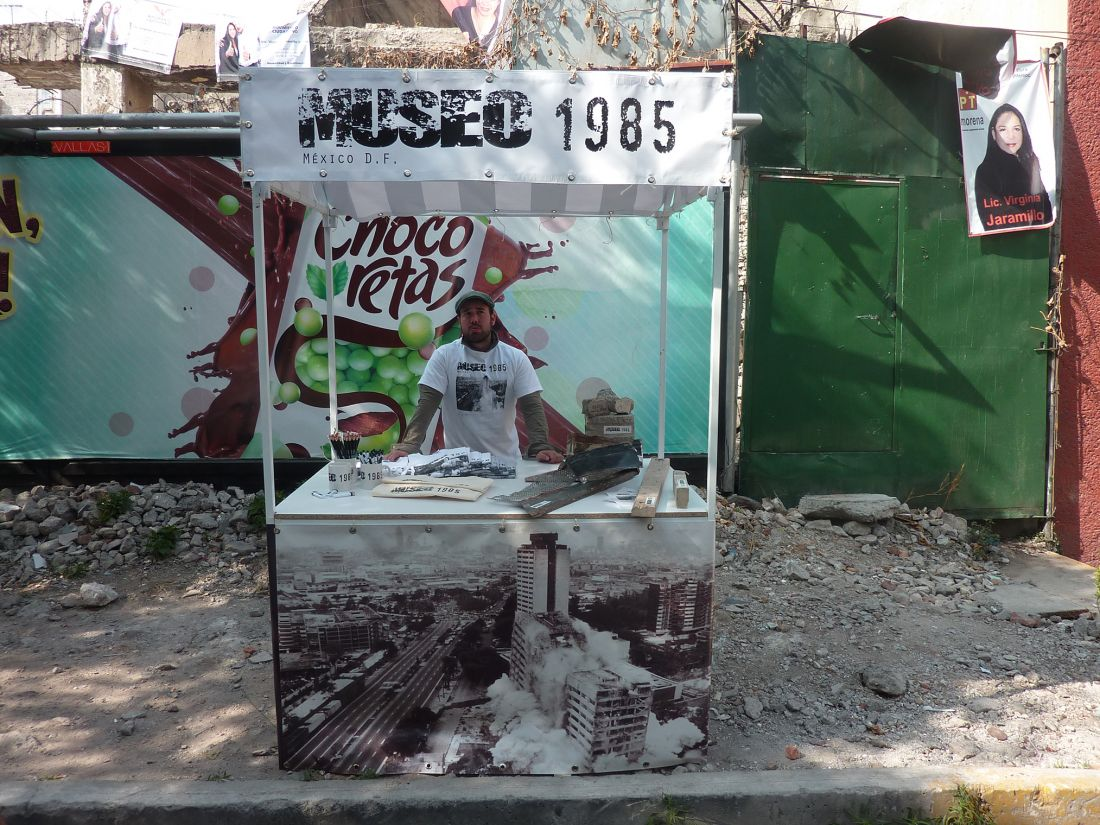 A espetacularização da tragédia é objeto da intervenção Museo 1985 (2013), realizada nos escombros de uma casa destruída por terremoto, na Cidade do México