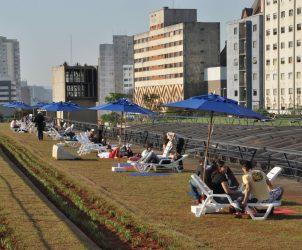 A instalação Oásis (2009), de Bruno Faria, instaura um espaço público na laje do Centro Cultural São Paulo (Fotos: Cortesia do artista)