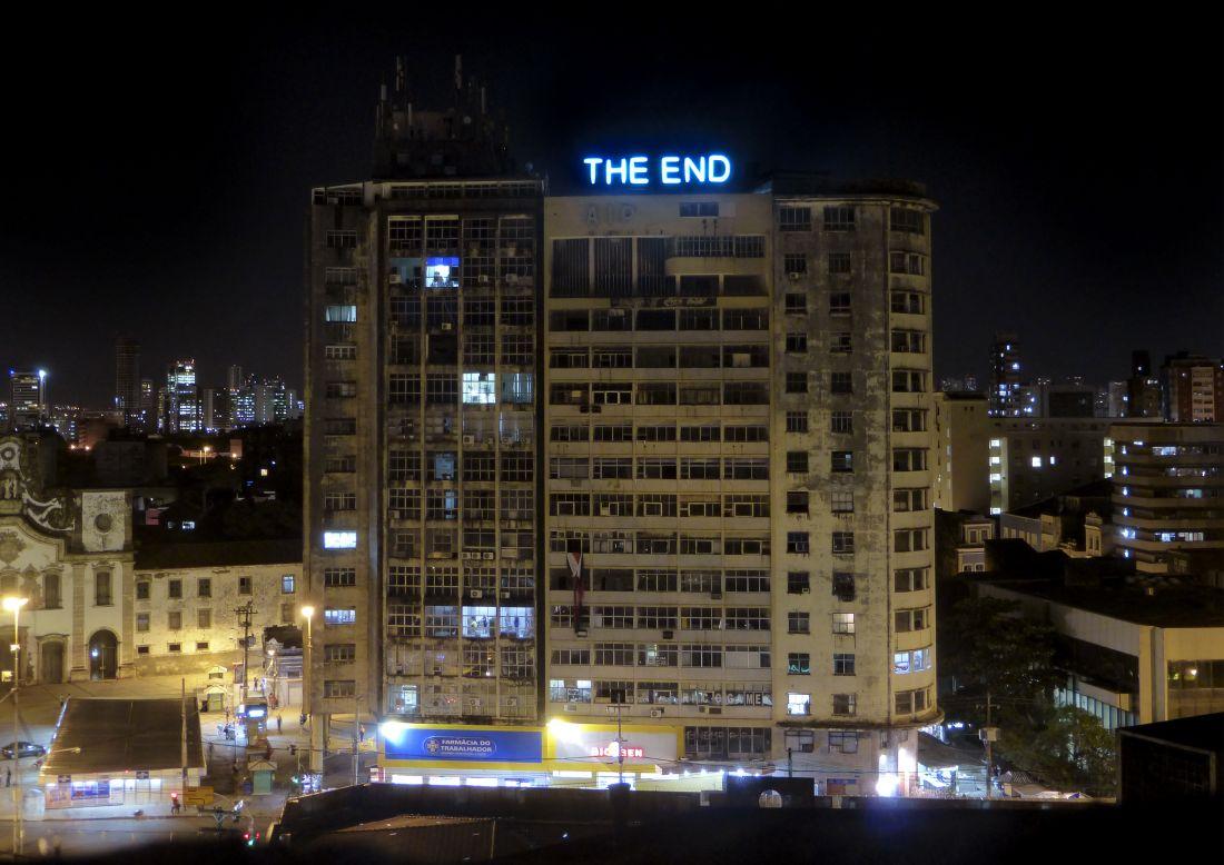 Letreiro Objetivo (2014), sobre o antigo edifício da Associação da Imprensa de Pernambuco, é um monumento do esquecimento e do abandono de projetos culturais