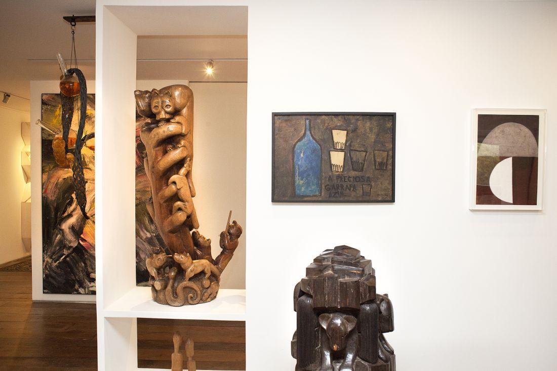 Detalhes da coleção. Da esquerda para a direita, esculturas de Tunga, Artur Pereira e Itamar Julião; pintura de Mira Schendel