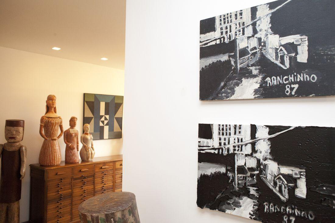 Detalhes da coleção. Da esquerda para a direita, bonecas de Placedina e Izabel Mendes da Cunha; pintura de Arnaldo Ferrari; pinturas de Ranchinho e Rodrigo Andrade