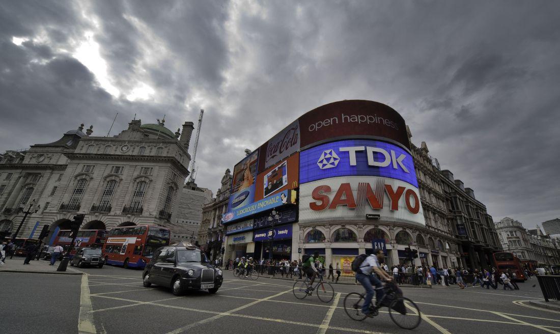 Piccadilly Circus, em Londres, local que recebe a obra A Logo For America, de Alfredo Jaar (Foto: Reprodução/Flickr)