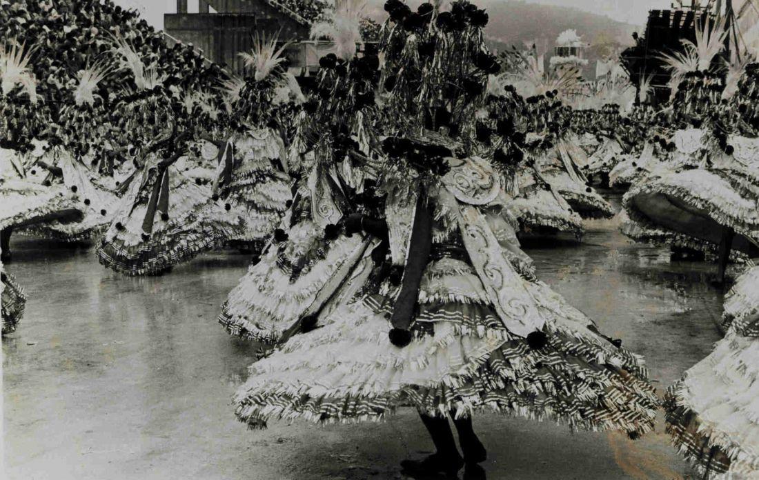 Escola de samba (não identificada), em fotografia da coleção de Sérgio Cabral