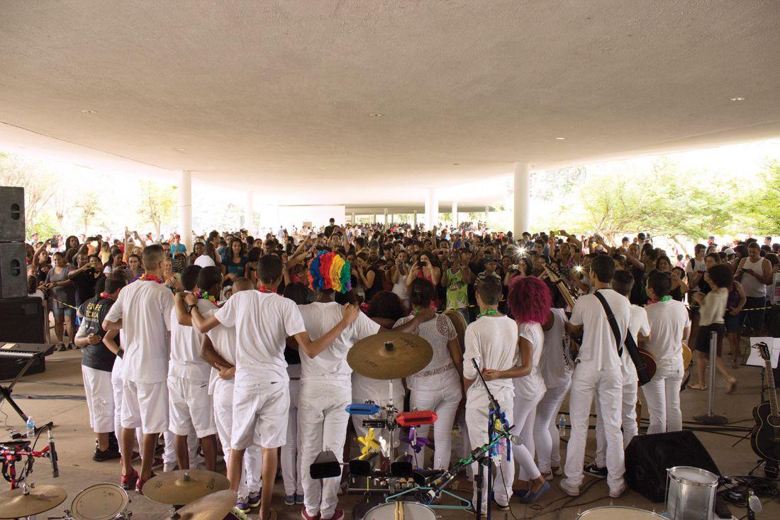 Banda Alana, formada por jovens, em show de março de 2014