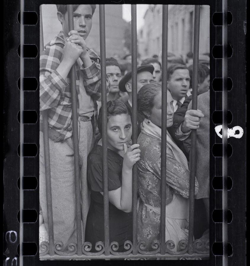 Multidão na porta do necrotério, Valencia, Espanha. Maio de 1937. Fotografia de Gerda Taro.