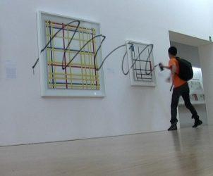 Frame do vídeo Retouch (2008), de Iván Argote, em exibição em escola de direito penal, em NY (Foto: Cortesia Galeria Vermelho)