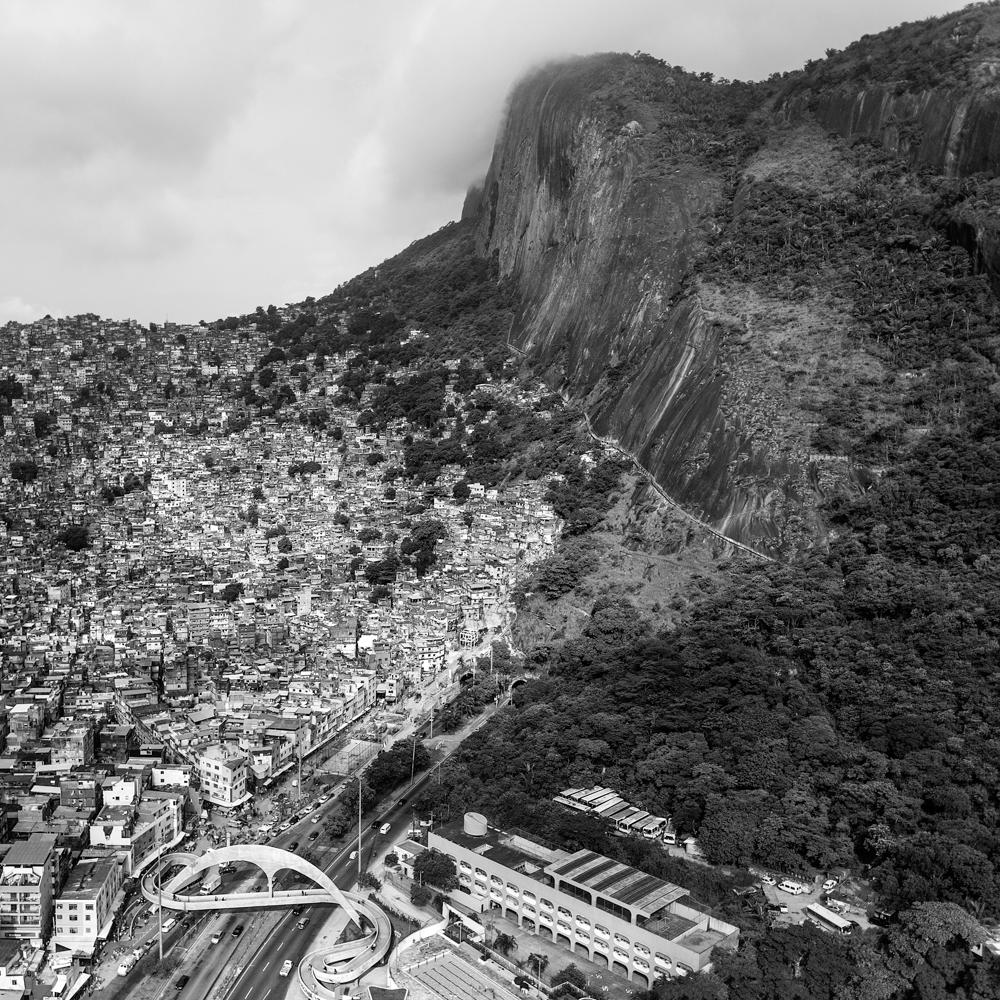 Passarela da Rocinha, da série Rio Enquadrado (Foto: Leonardo Finotti/Divulgação)
