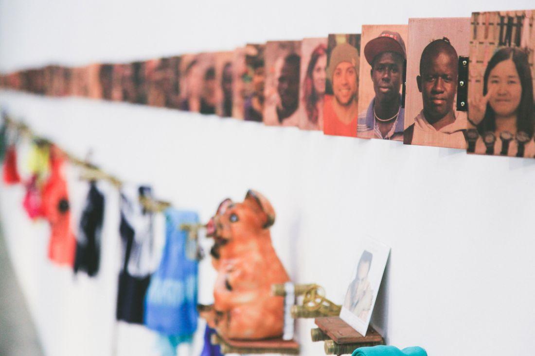 Detalhe de Transição de Fase (2014-2016), obra que Lourival Cuquinha realizou com imigrantes no Brasil (Foto: Hugo Sá/MAM São Paulo)