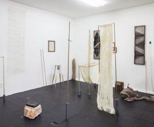 Esculturas no ateliê de Paloma Bosquê, criadas para sua exposição na Mendes Wood DM (Fotos: Gui Gomes)