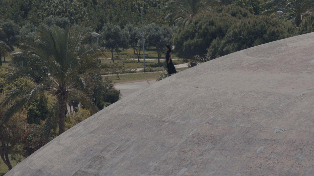 """Imagem de Maárad Trablous (A exposição de Trípoli), de Alia Farid, sobre um parque inacabado de autoria de Oscar Niemeyer em Trípoli, no Líbano, uma espécie de """"irmão"""" do Parque do Ibirapuera em SP (Foto: Divulgação/ 32ª Bienal de São Paulo)"""