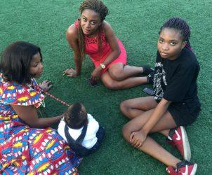 Jeanine Ntumba, Marai José Romana e Estelle Misenga possam para a câmera