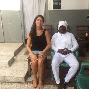 Vivian Caccuri em encontro com Numo Akwaa Mensah III, líder religioso Ga, em Gana; os conhecimentos obtidos ajudaram a artista a conceber um altar de subwoofers para a Bienal (Foto: Divulgação/ 32ª Bienal de São Paulo)