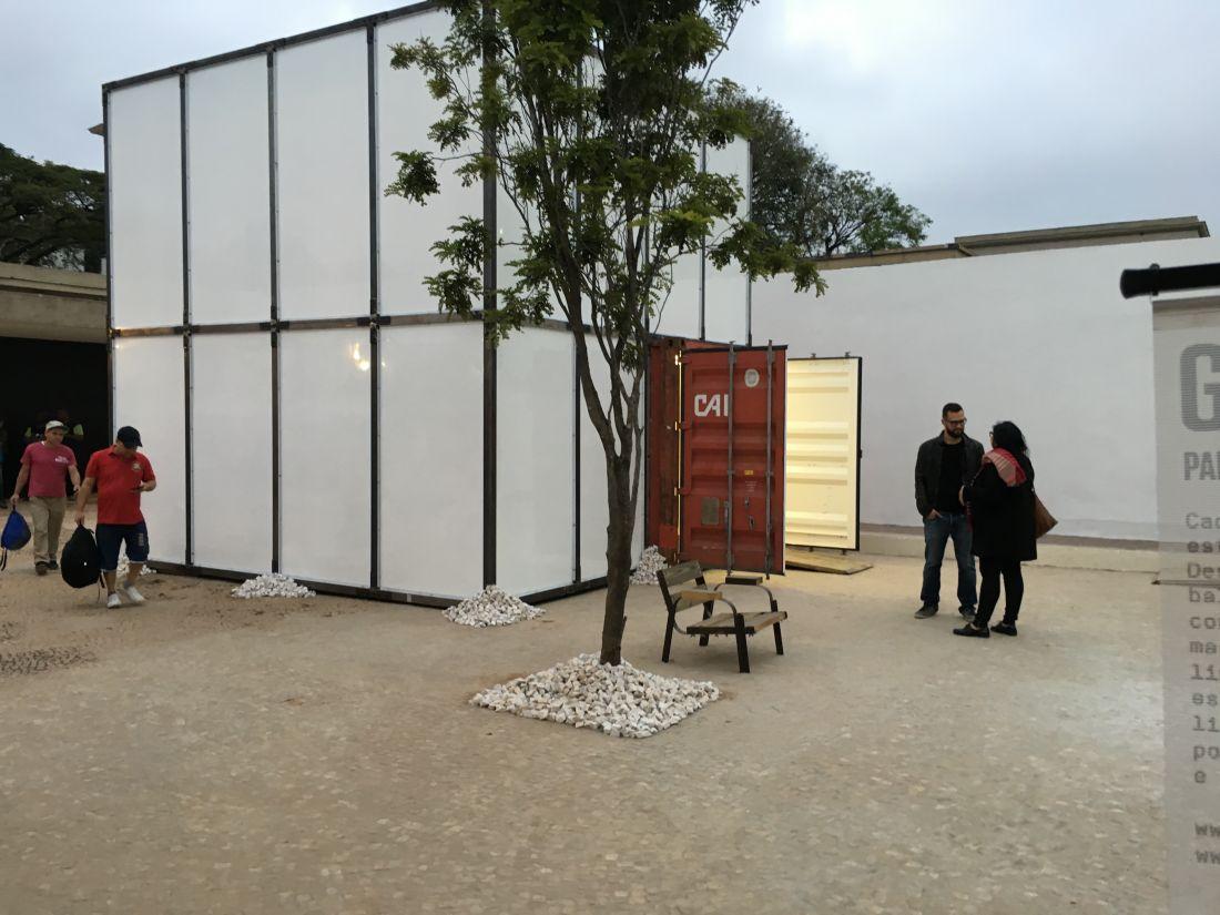 Cubo branco móvel, projetado pela Contain[it] para a galeria Baró (Foto: Felipe Stoffa)