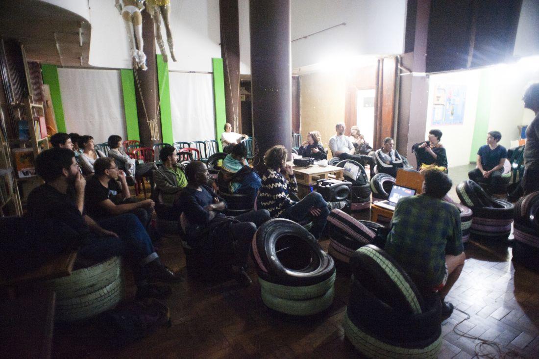 Registro de debate após a exibição do longo-metragem Invasor, de Beto Brant, em cineclube promovido por Ícaro Lira durante residência artística dentro da Ocupação Hotel Cambridge, em São Paulo, em 2016 (Foto: Isadora Brant)