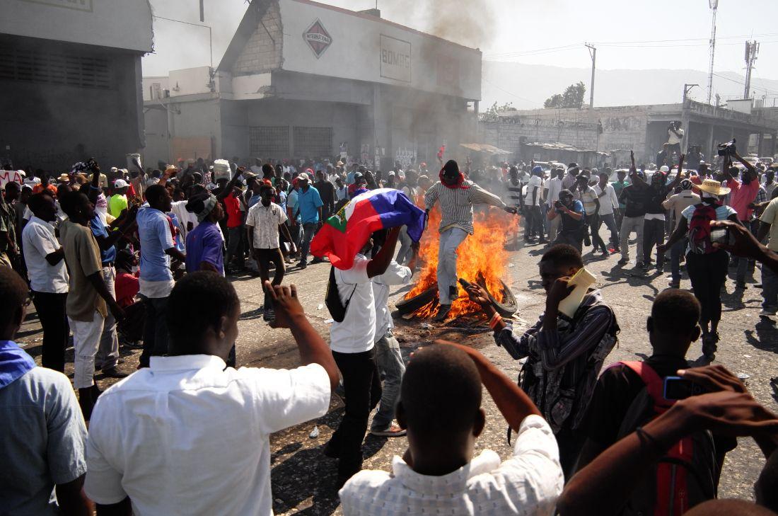Obra da série Nou Pap Obeyi (Não Vamos Obedecer) (2016), de Daniel Lima e Felipe Teixeira, realizada em Porto Príncipe (Haiti) (Foto: Daniel Lima)