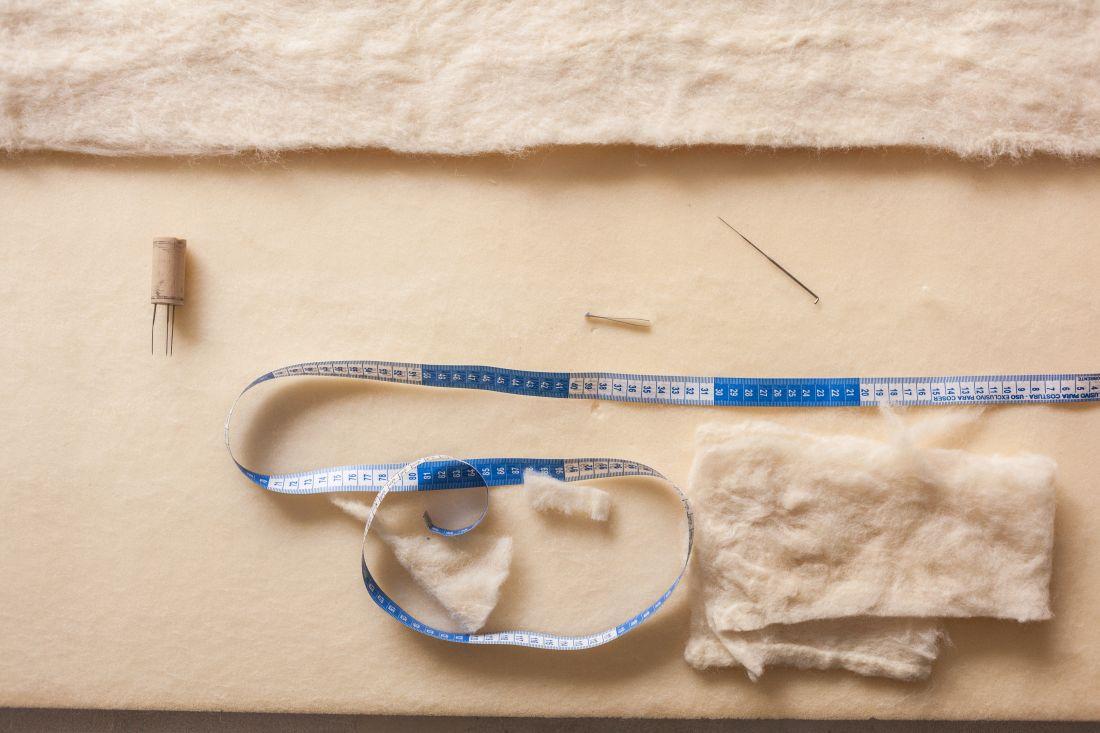 Detalhe do ateliê da artista em que se misturam projetos em andamento e matérias-primas
