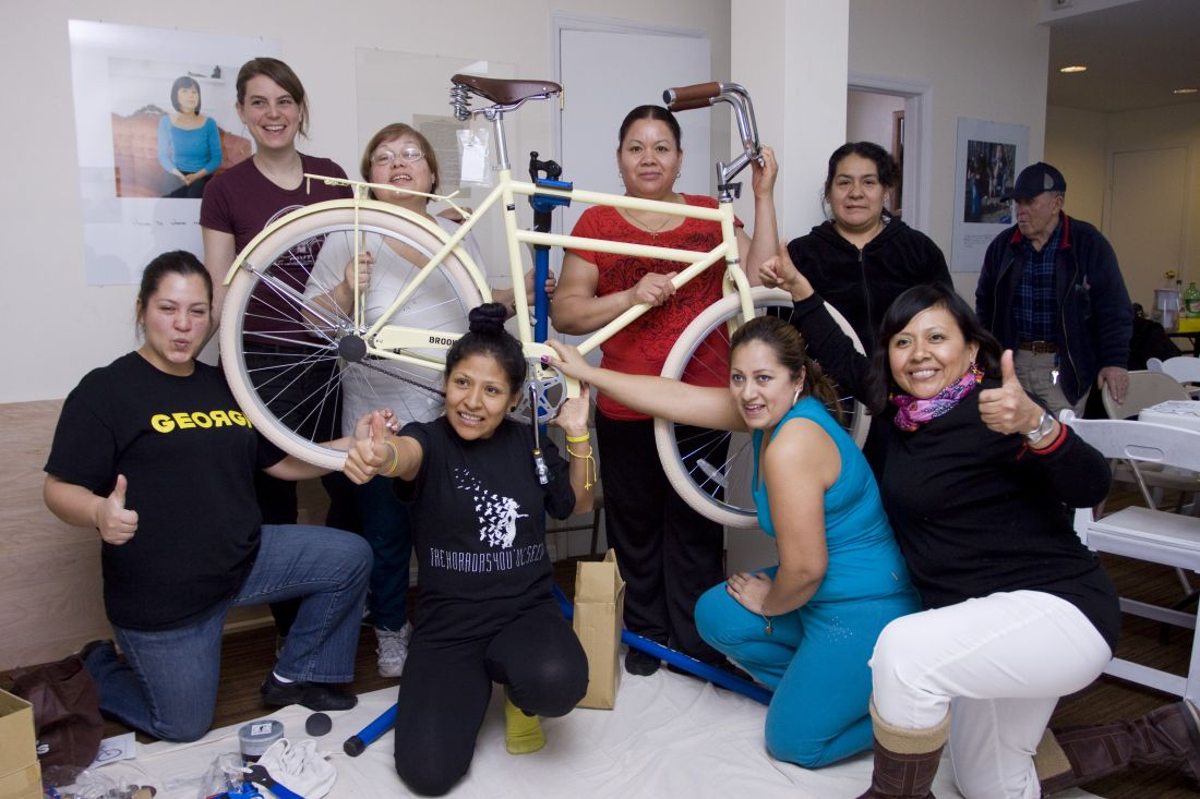 Residentes de Queens participam do workshop We Bike NYC Mujeres en Movimiento (Foto: Cortesia Queens Museum)