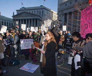 Tania Bruguera em performance, durante ato do Immigrant Movement International, em 2011, em Nova York (Foto: Sam Horne/Cortesia Creative Time)
