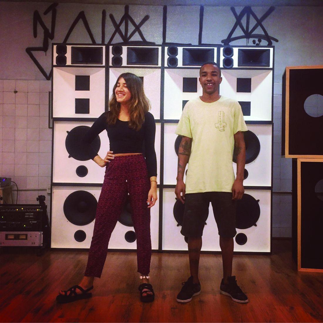 Vivian Caccuri com o produtor Choco, no ateliê da artista, no Rio de Janeiro; ela cria um sistema de som para tocar músicas criadas em parceria com músicos brasileiros e de Gana (Foto: Divulgação/ 32ª Bienal de São Paulo)